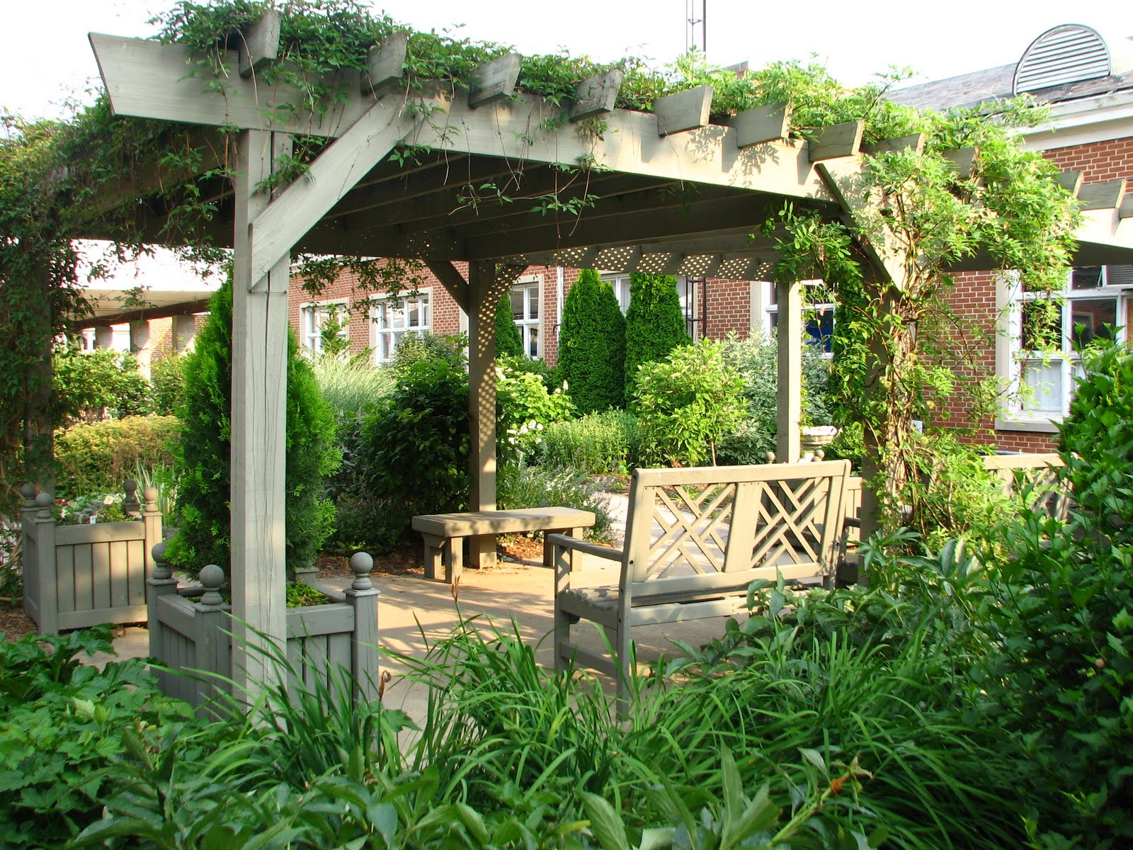 Дизайн навеса загородного дома