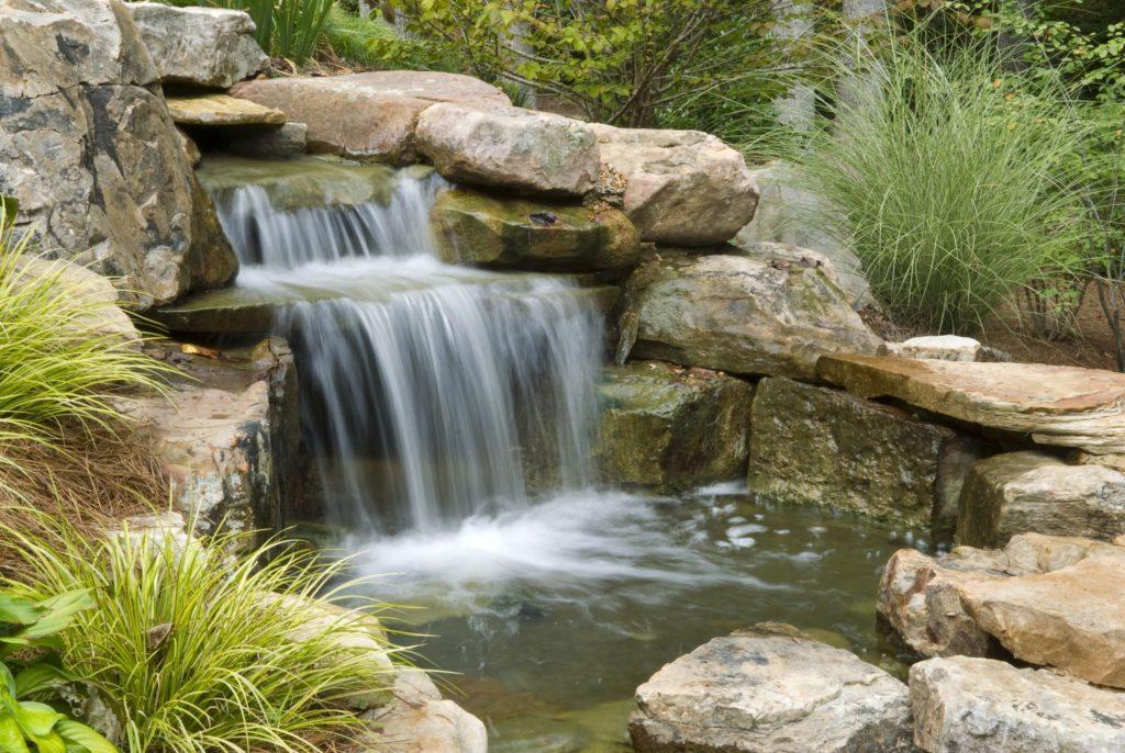 Пруд и декоративный водопад