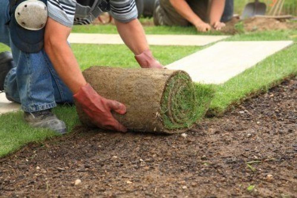 Утрамбовывание рулона при помощи деревянного щита