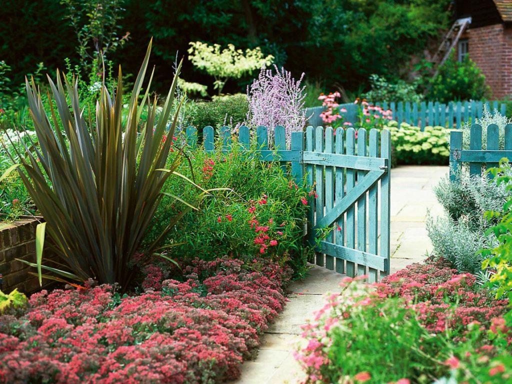 Штакетник - типичное ограждение для деревенского сада