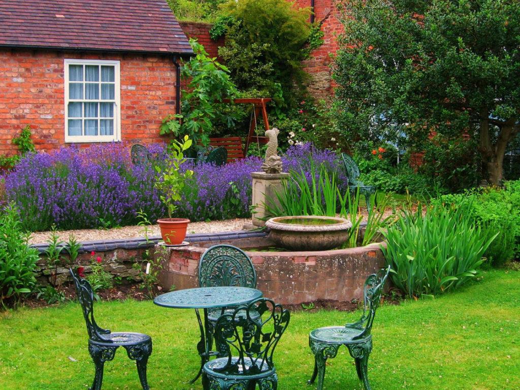 Скульптуры и мебель в английском саду