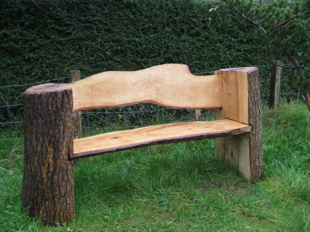 Садовая скамейка из бревен