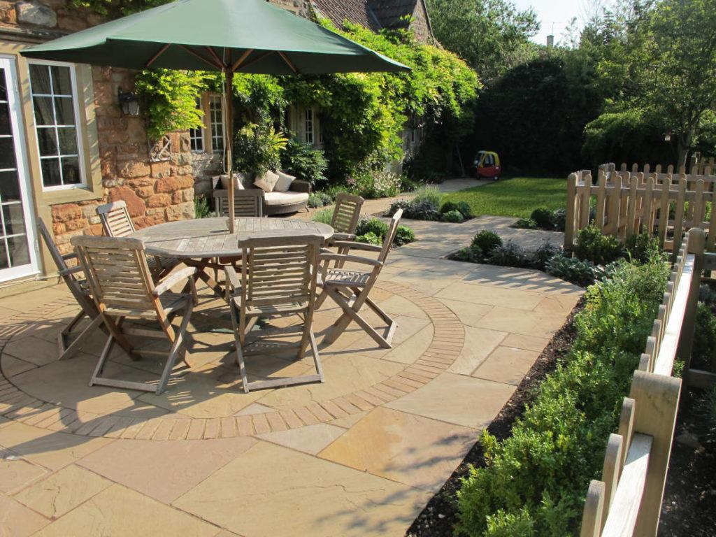 Садовая мебель в сельском саду