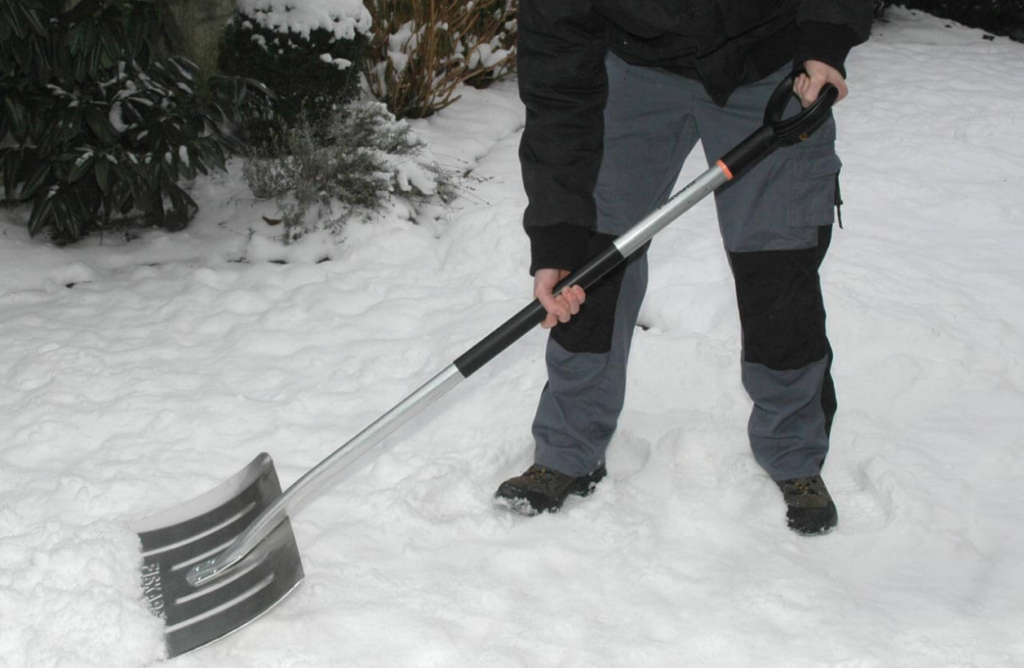 Разбрасывание снега по газону