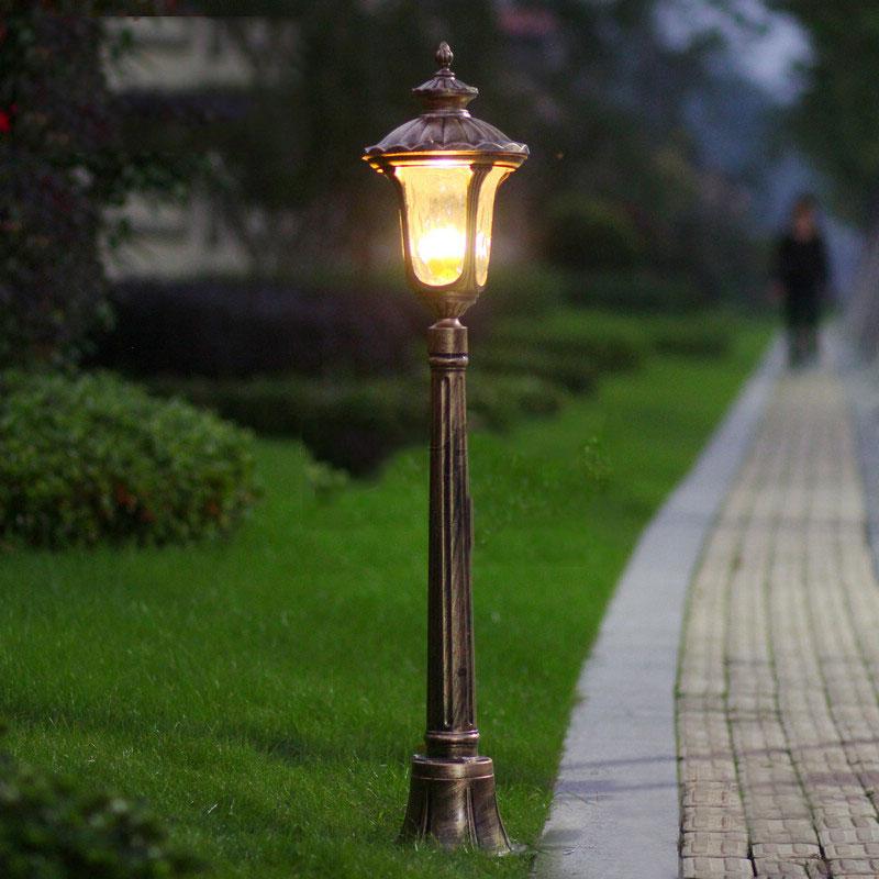 Наземный фонарь в саду