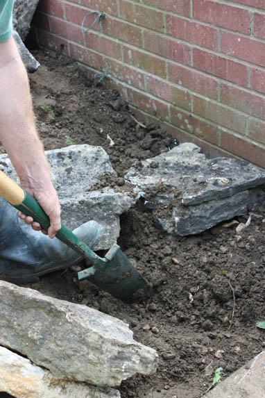Шаг 4. Стабилизируем камни, подсыпая землю в нужных местах