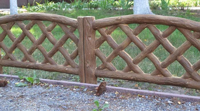 Забор из бетонных секций (имитация дерева)