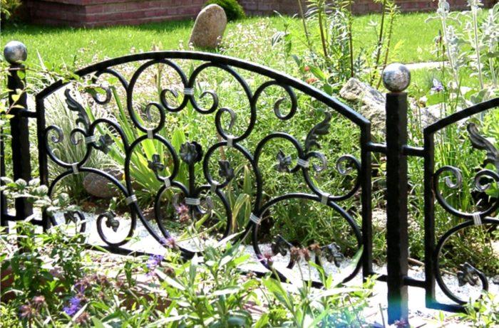 Кованый забор с растительным орнаментом