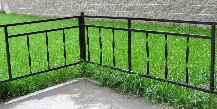 Металлический заборчик для газона