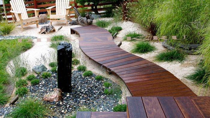 Дорожка из досок в японском саду