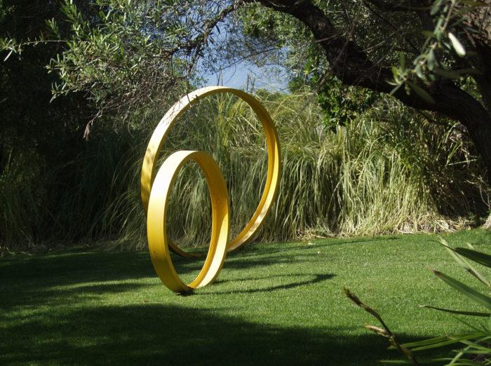 Простая скульптура из металла