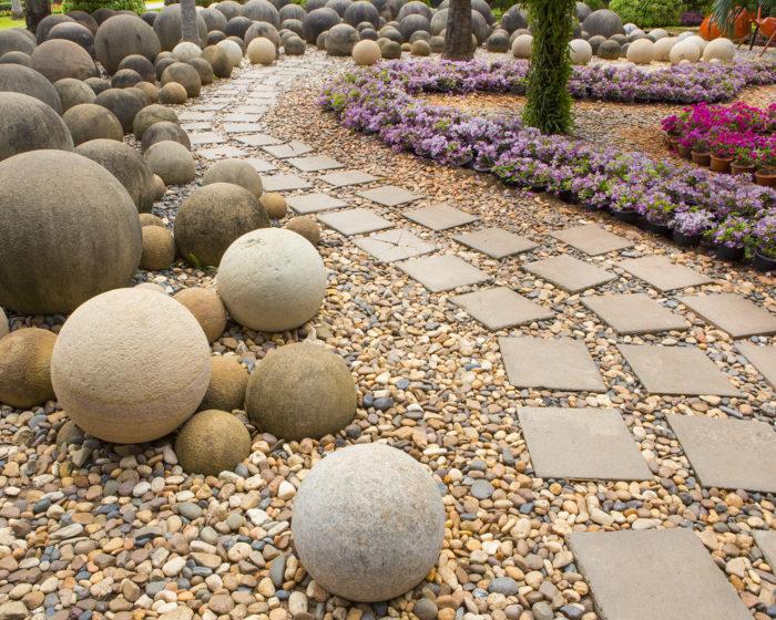 Абстрактные фигуры в саду