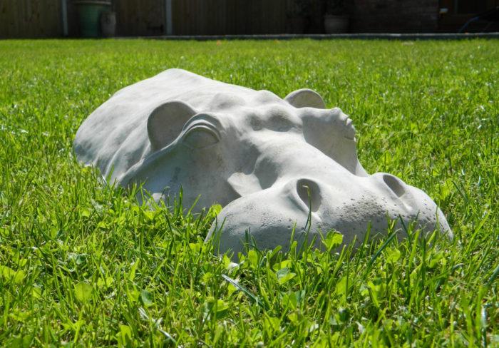 Фигура бегемота на газоне