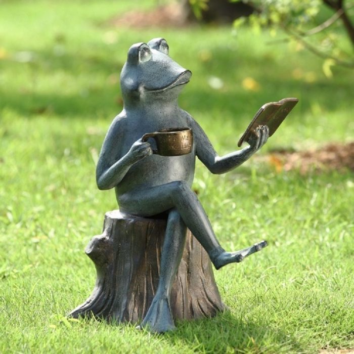 Читающая лягушка из металла