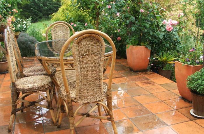 Плетеная мебель и растения в горшках
