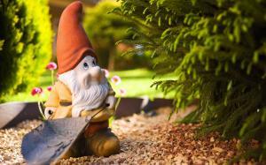 Фигурка гнома в саду