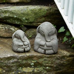 Фигуры слонов на камнях